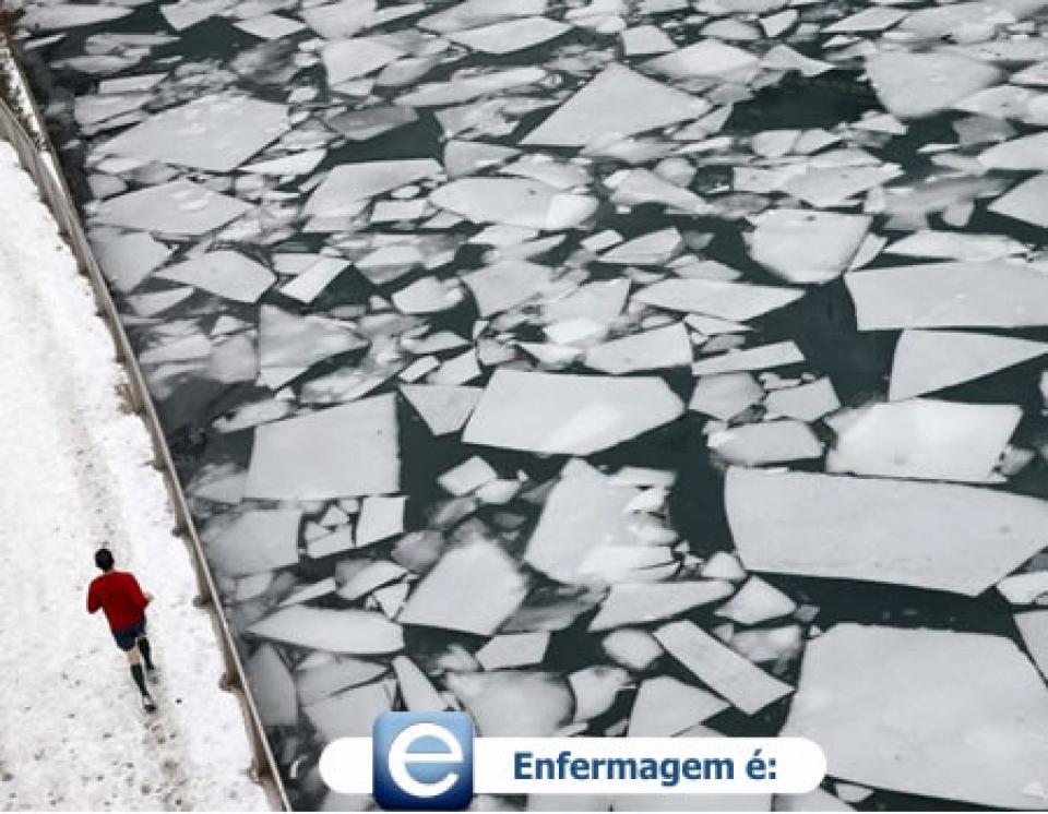 Homem morre após pular em rio congelado para recuperar celular