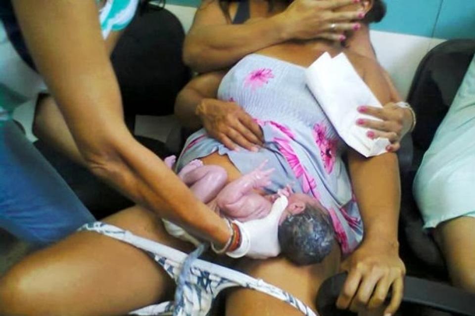 Mulher dá à luz em sala de espera de maternidade