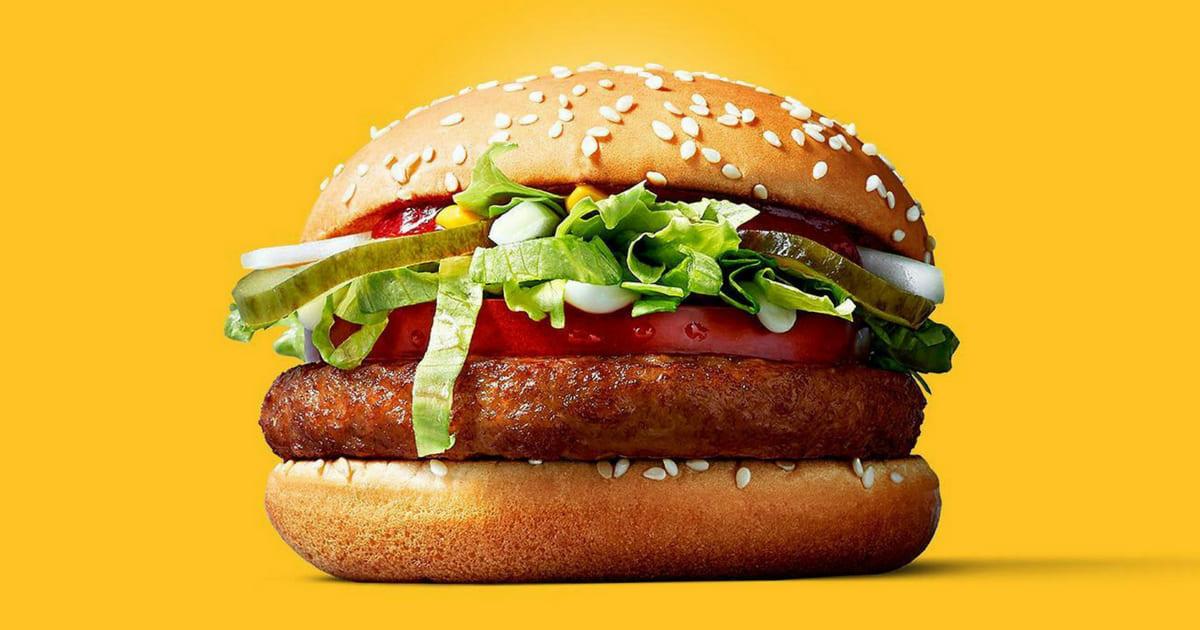 Técnica de enfermagem encontra larva em sanduíche de rede de fast food