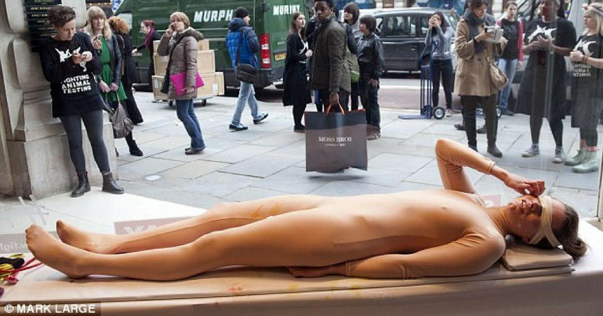 Mulher é torturada em vitrine para expor testes de cosméticos em animais.jpg