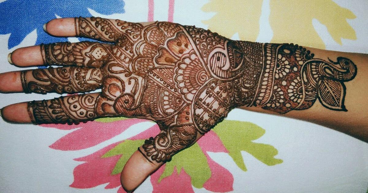 Mulher usa henna e precisa amputar por forte alergia e pais pedem injeção letal