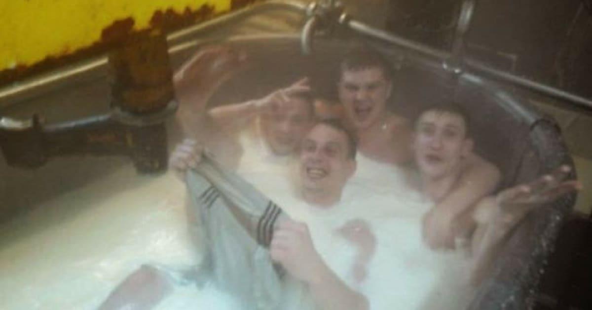 Funcionários tomam banho dentro de tanque de leite