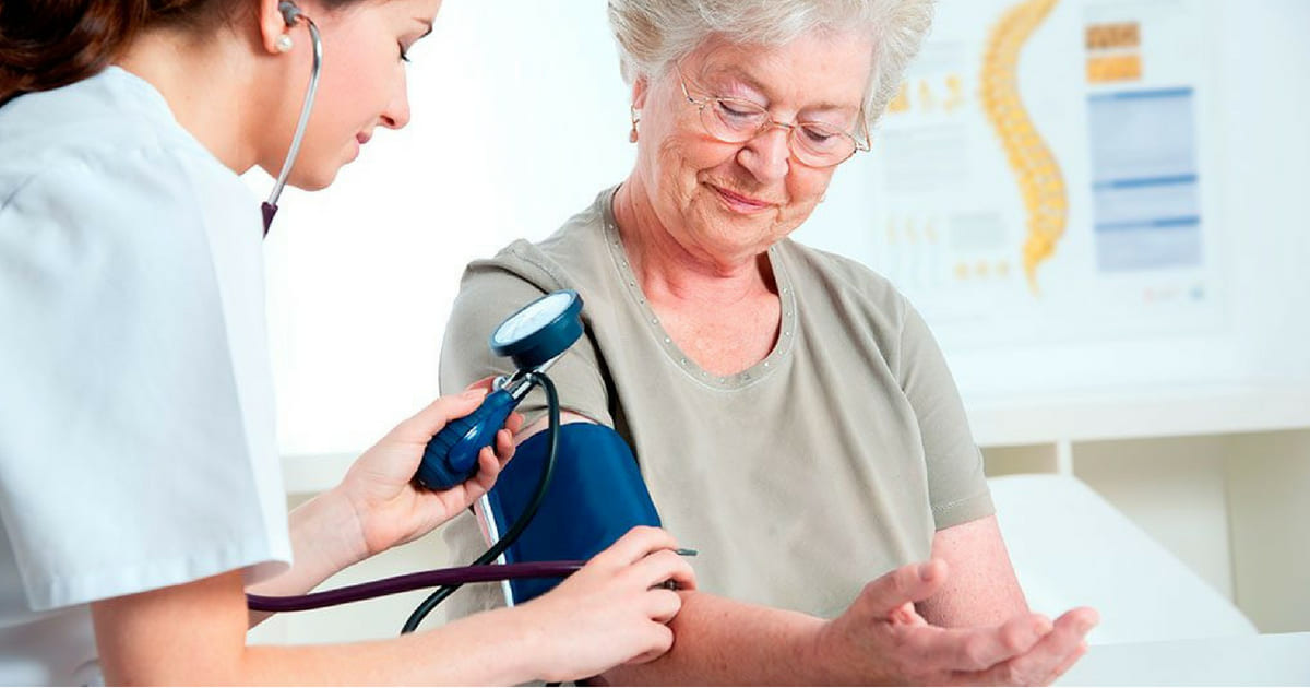 Diferença entre cuidador de idosos e auxiliar de enfermagem