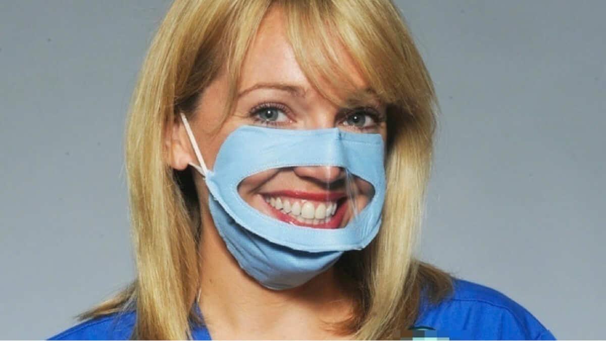 Enfermeira cria máscara cirúrgica diferente para melhorar a comunicação com os pacientes