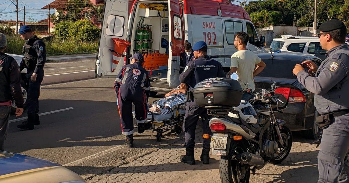 Mulher entra em trabalho de parto dentro do carro e enfermeiro que passava no local ajudou