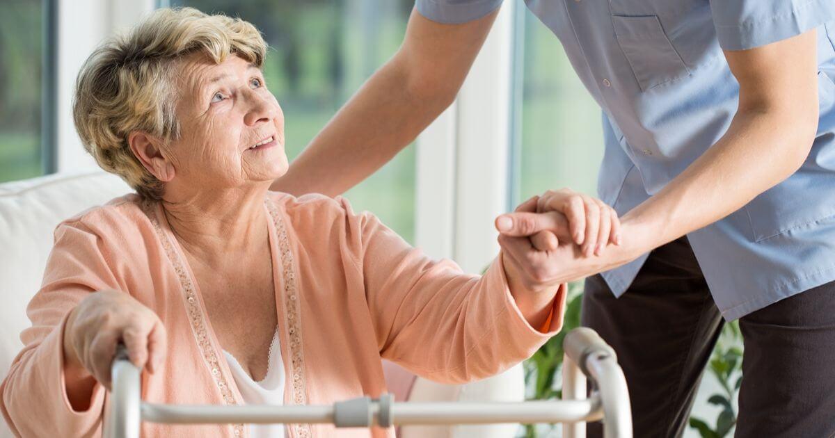 Profissão de cuidador de idosos teve projeto vetado por Bolsonaro