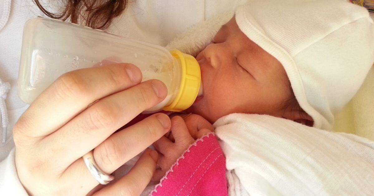 Alimentos para bebês têm açúcar acima do recomendado, alerta a OMS