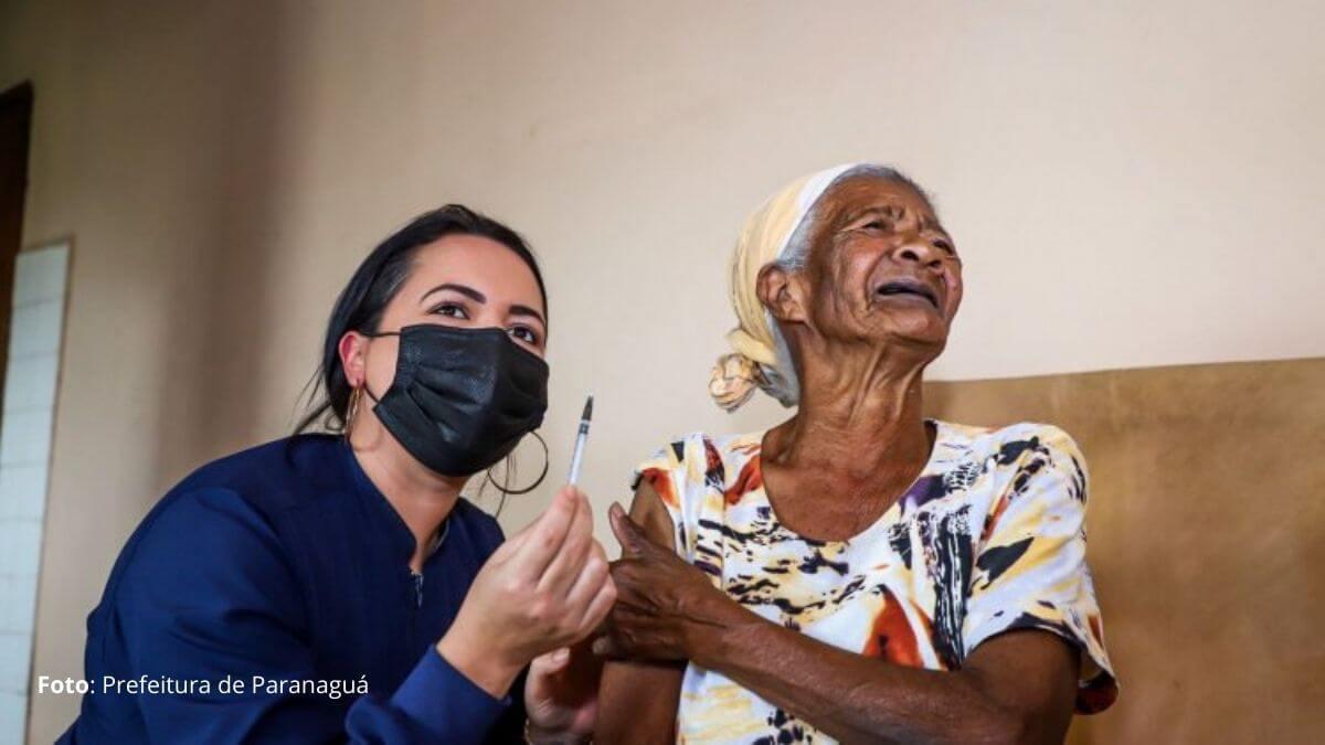 Idosa com mais de 100 anos é vacinada em Paranaguá com terceira dose